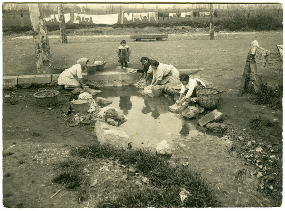 Una de las fotografías del portal Fotografía a Catalunya. (AFB. Frederic Ballell. Lavadero en la Gran Via. 1917)
