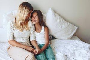 Una madre hablando con su hija.