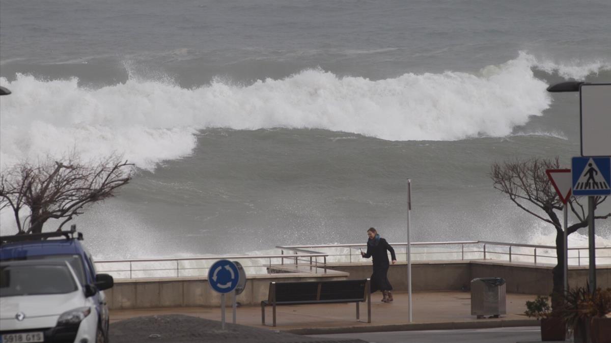 Una ola llega hasta el paseo marítimo de LEscala