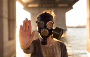 Una persona se protege con una máscara de gas.