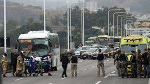 Una rehén es atendida por personal sanitario tras ser liberada por el secuestrador que la retenía en un autobús en el puente Rio-Niterói.