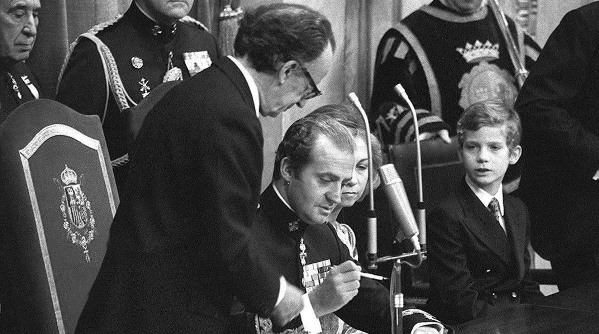 El rey Juan Carlos I sanciona la Constitución española, el 27 de diciembre de 1978.