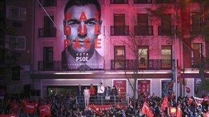 Pedro Sánchez saluda a sus simpatizantes en la sede del PSOE, en la madrileña calle de Ferraz, el pasado 28 de abril.