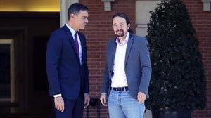 El presidente del Gobierno en funciones, Pedro Sánchez, y el secretario general de Podemos, Pablo Iglesias, antes de su reunión en el palacio de la Moncloa