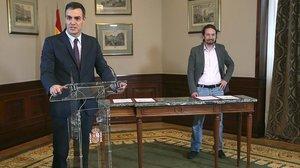 Pedro Sánchez y Pablo Iglesias, durante la firma del preacuerdo de coalición.