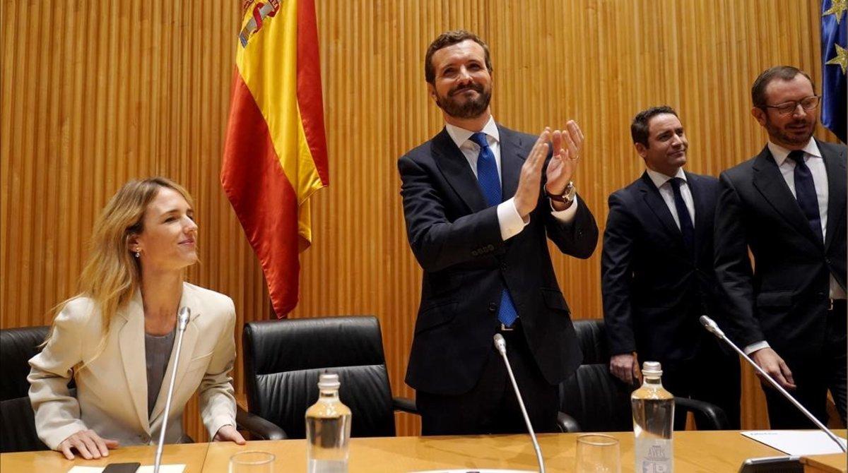 Pablo Casado aplaude a sus diputados y senadores, al inicio de la reunión de este lunes en el Congreso.