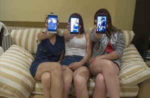 Usuarias de Snapchat con móviles con la aplicación en el rostro.