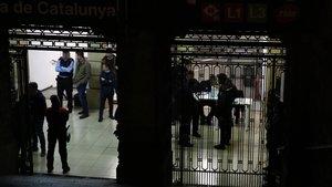 Més de 200 policies pentinen la plaça de Catalunya de Barcelona a la recerca de delinqüents reincidents