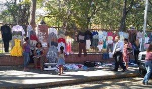 Venta de ropa usada en el mercado de Trapichito.