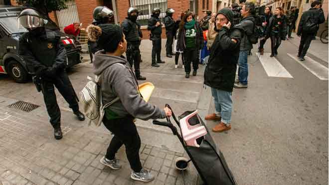 Els Mossos desallotgen un bloc ocupat per un trentena persones a Gràcia