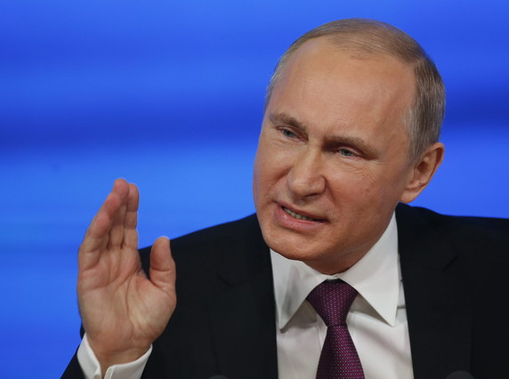 Vladimir Putin gesticula durante una rueda de prensa en Moscú.