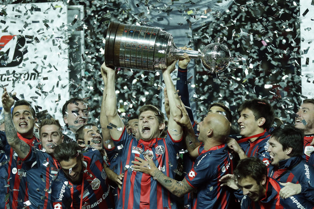 Walter Kannemann, del San Lorenzo, levanta la Copa Libertadores.