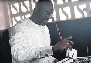 Weah deposita su voto en Monrovia, donde ha sido elegido senador.