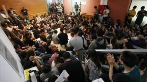 Estudiants de la Universitat Autònoma de Barcelona (UAB), en una jornada de protesta labril del 2013.