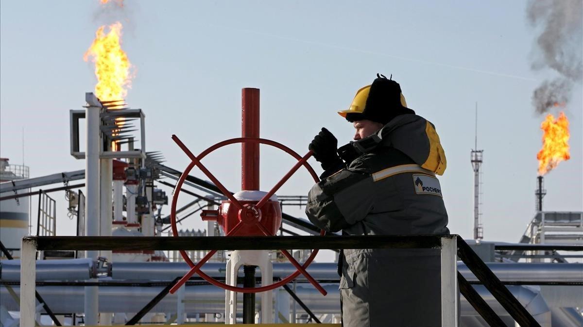 La petrolera rusa Rosneft anuncia por sorpresa su retirada de Venezuela