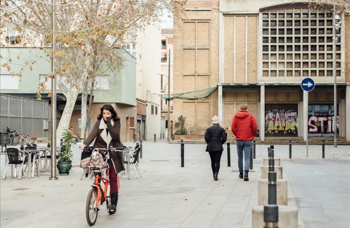 Iglesia que tiene los días contados (derecha), junto al colegio que se prevé ampliar (izquierda).