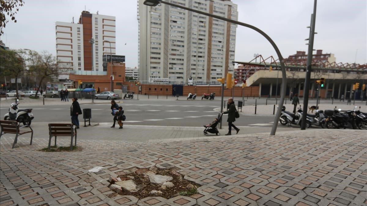 Socavón en una de las aceras de la calle de las Camèlies de Barcelona.
