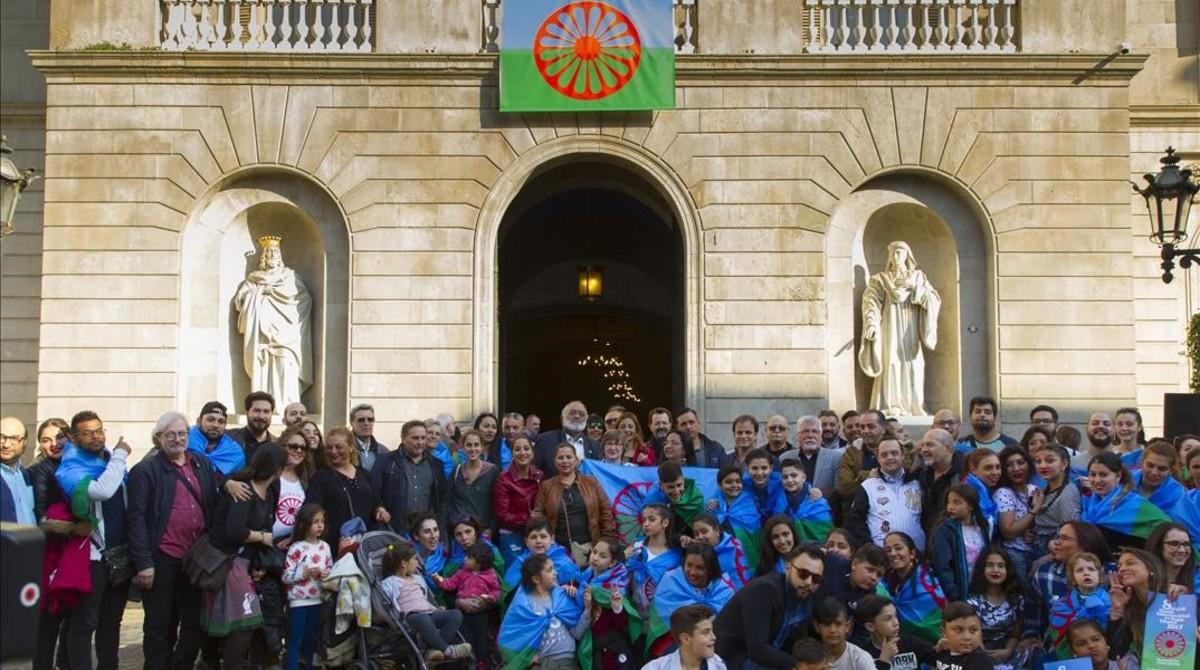 Acto de colocación de la bandera gitana en el Ayuntamiento de Barcelona en el día del pueblo romaní, el pasado abril.
