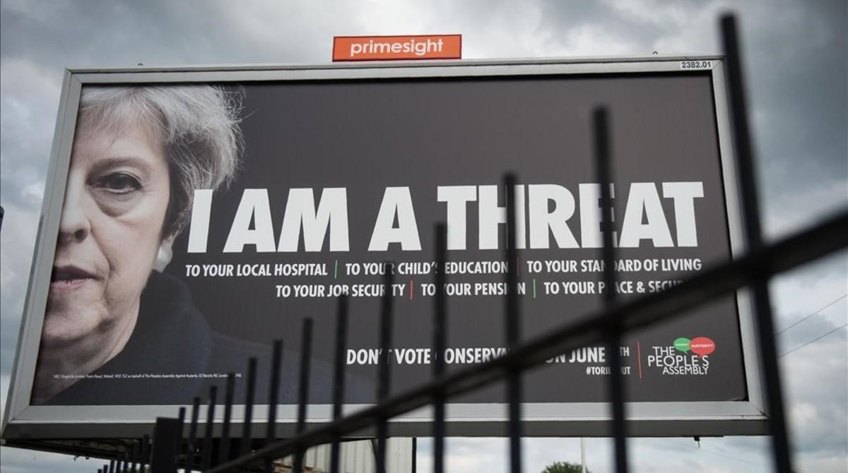 Un cartel en que se afirma que Theresa May es una amenaza para la educación y sanidad públicas.