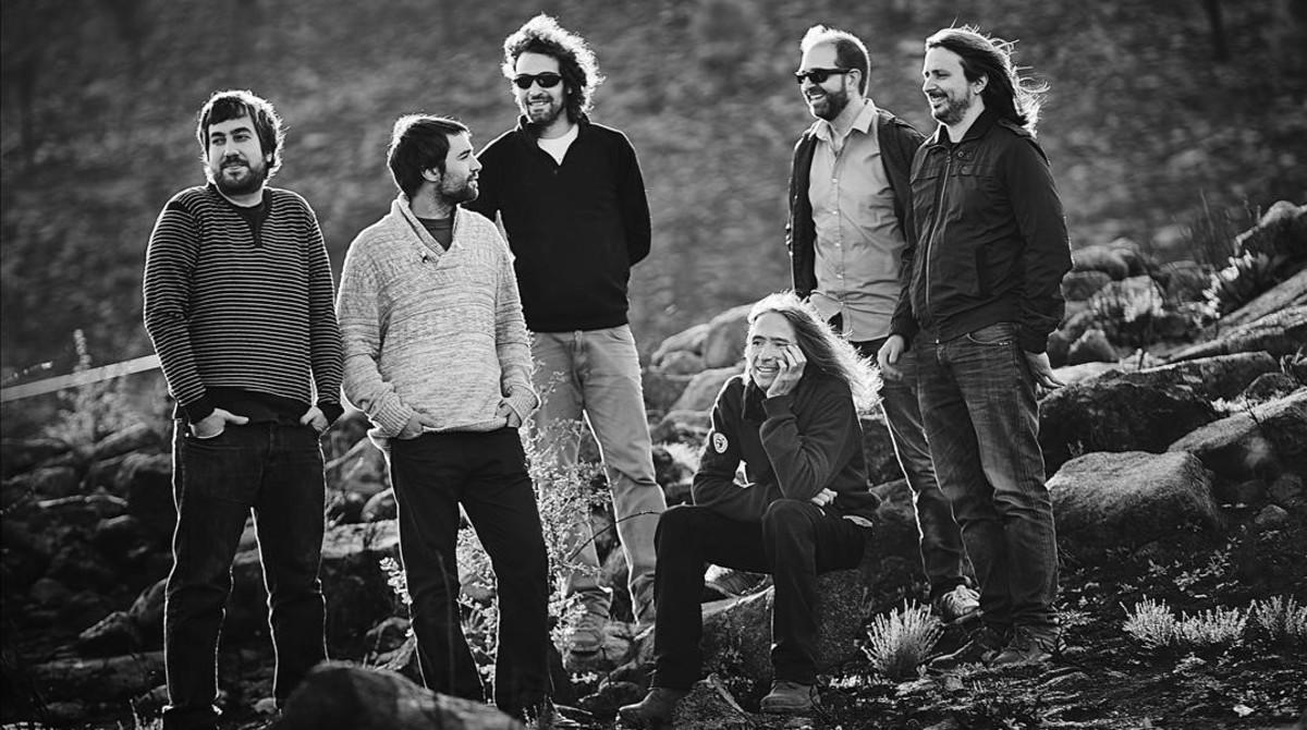 Robe (sentado), junto con los músicos que le acompañan en esta gira.