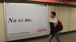 Un cartel publicitario de la campana emprendida por Larousse Mexico contra el acoso a las mujeresen una estacion del metro en la Ciudad de Mexico.