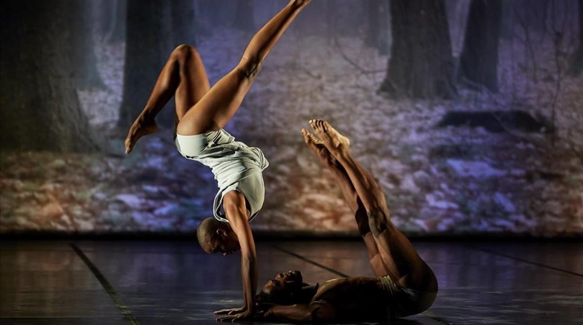 Un momento del espectáculo de Acosta Danza en el castell de Peralada.