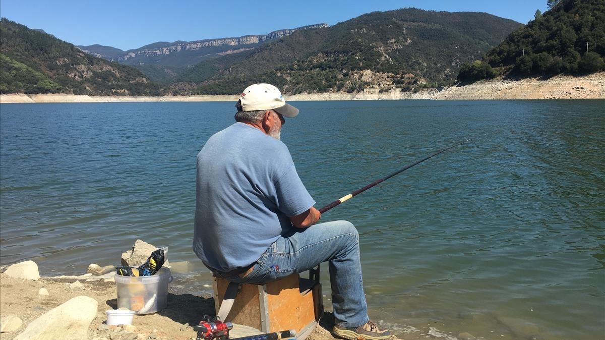 Francesc, de 66 años, lleva 35 años pescando en este pantano.