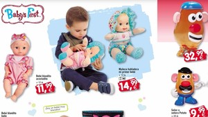 Un niño juega con una muñeca en el catálogo de Toy Planet.