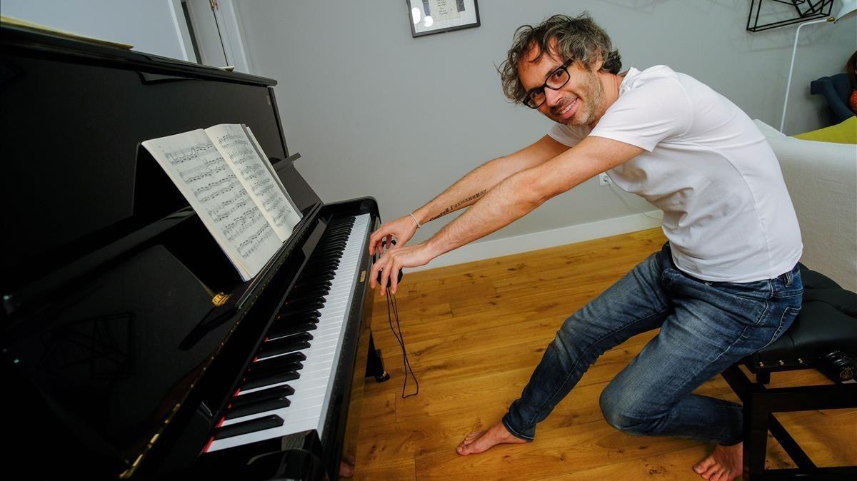 El pianista James Rhodes, en su casa el pasado mes de julio.