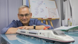 El Coordinador del Gobierno para el Corredor Mediterráneo, Josep Vicent Boira, con una maqueta de un tren de alta velocidad.