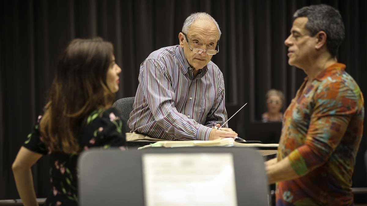 John DeMaine, en el centro, durante un ensayo de 'Candide' en el Liceu.