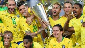 Firmino y Neymar, con la copa saudí. A su derecha, Arthur y Malcom.