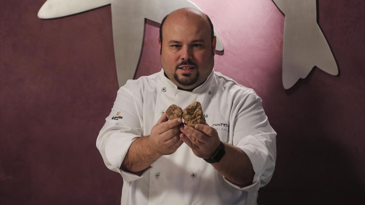 Jordi Esteve, del restaurante Nectari, muestra dos trufas blancas.