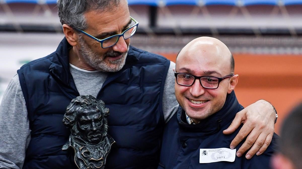Javier Fesser y Jesús Vidal, con el Goya simbólico que les dieron los internos de la cárcel Sevilla I el día antes de la gala.