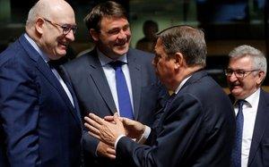 Planas, derecha, con el comisario europeo para Agricultura y Desarrollo RuralPhil Hogan y el ministro belga de Agricultura,Denis Ducarmey el ministro regional de Agricultura de la region de Valona,RenéCollin.