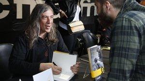 El músico Gerard Quintana firmando libros a sus fans.