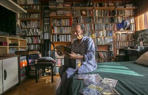 Paco Marín, en el dormitorio de su casa rodeado de películas.