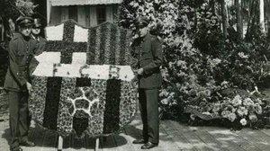 Ofrenda floral del FC Barcelona ante el monumento de Rafael Casanova en 1935.