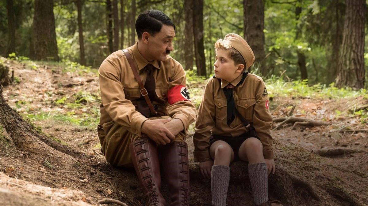 Un fotograma de 'Jojo rabbit', con Taika Waititi (Hitler) y Roman Griffin Davis (Jojo).
