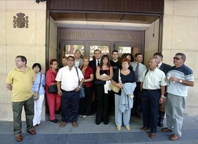 Familiares de las víctimas del atentado de Hipercor delante de la Audiencia Nacional.