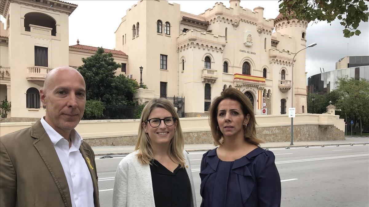 Ivan Condes, Elsa Artadi y Francina Vila (JxCat), ante el cuartel del Bruc.