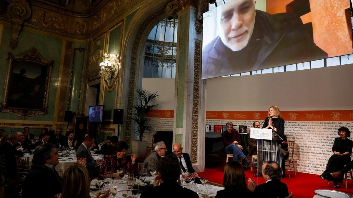 Guillermo Arriaga se dirige desde la pnatalla a los presentesen la gala del Premio Alfaguara, este viernes.