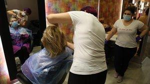 Reapertura de peluquerías y demás comercios en el primer día de la fase 0 de la desescalada del coronavirus.