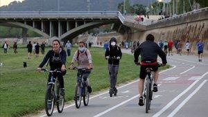 Varios ciudadanos hacen deporte en el Parc Fluvial del Besós, este martes.