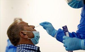 Un sanitario realiza una prueba PCR, en Madrid.