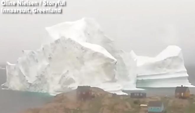 Momento en que el iceberg se acerca a la aldea de Groenlandia.