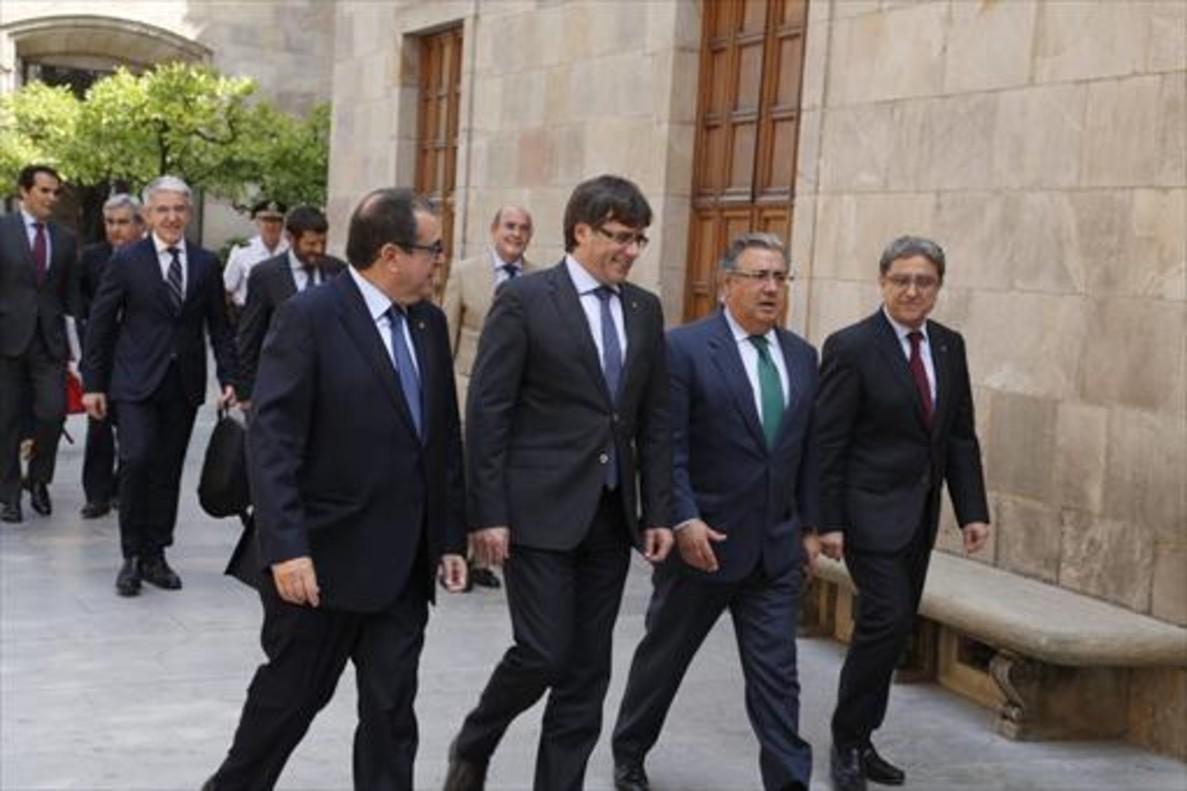 Jordi Jané, Carles Puigdemont, Juan Ignacio Zoido y Enric Millo, ayer, en el Pati dels Tarongers de la Generalitat.