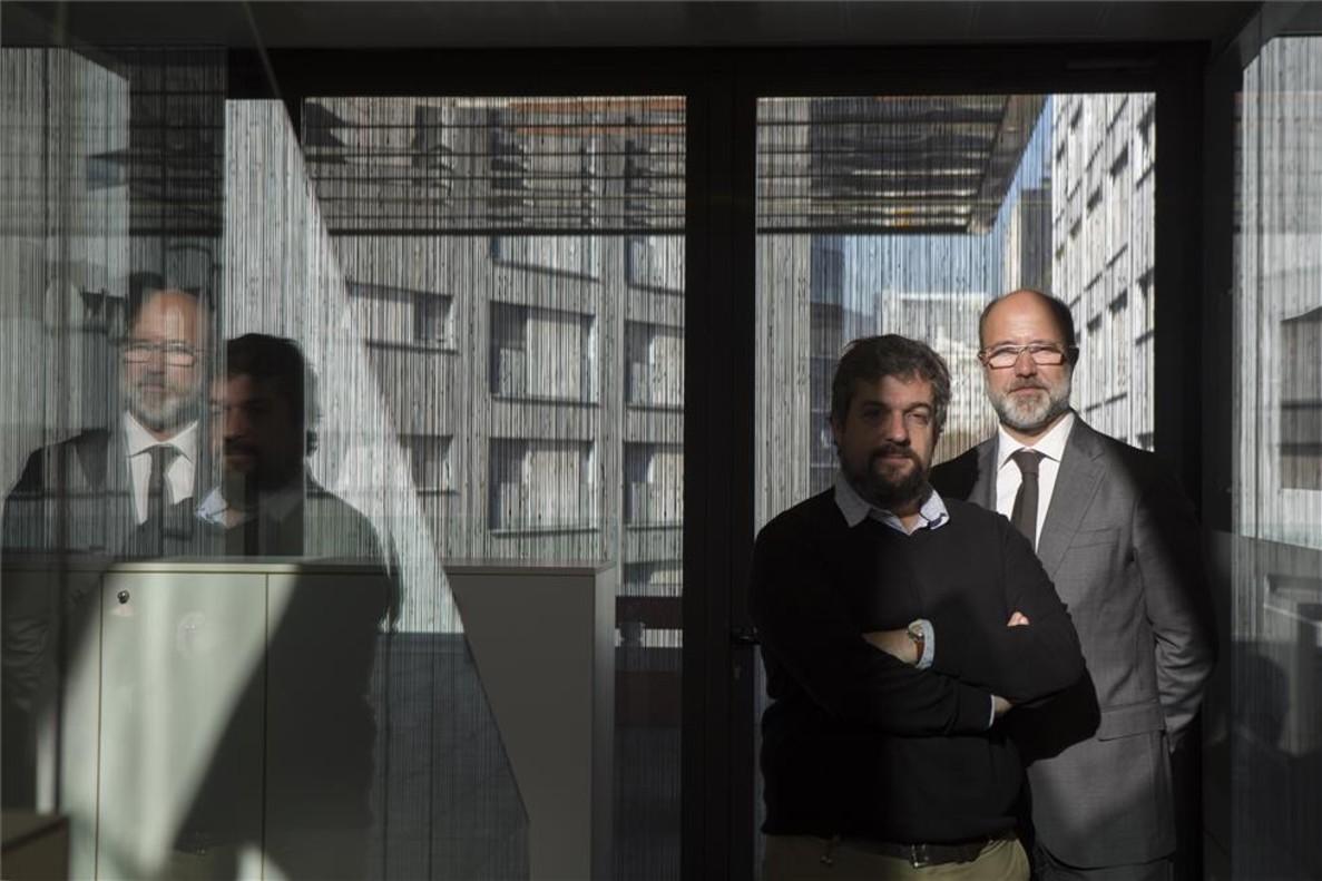 El director general de OgilvyOne en Barcelona, Jordi Urbea (derecha) , y el director d¿Ogilvy Upcelerator, Diego Fernández, en la sede de la firma.
