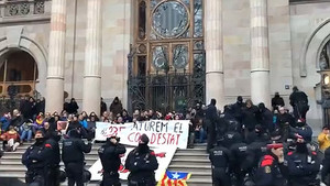 Los Mossos, a las puertas del TSJC donde se han encadenado algunos manifestantes, a primera hora.