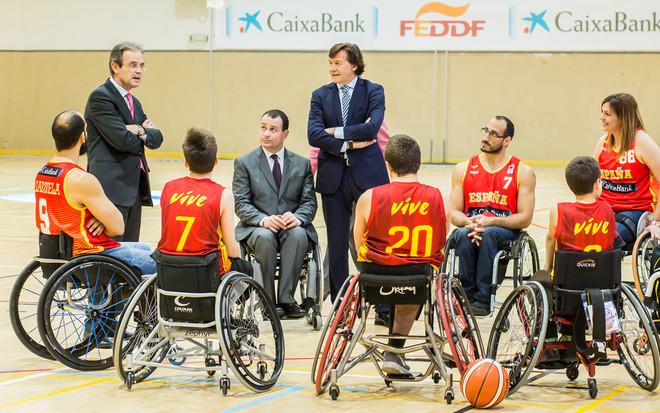 Jordi Gual, José Alberto Álvarez y José Ramón Lete conversan con integrantes de la selección española de baloncesto en silla de ruedas